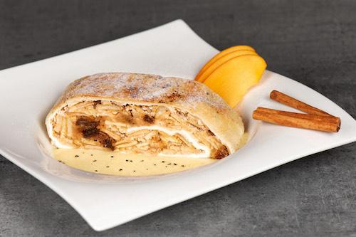 f) Apfelstrudel in Vanillesauce