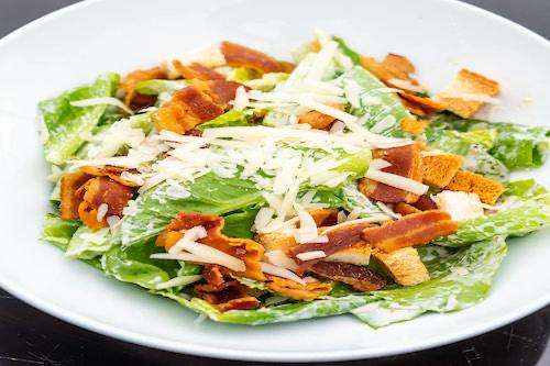 e) Caesar´s Salat mit Speck, Ei Croutons & Parmesandressing