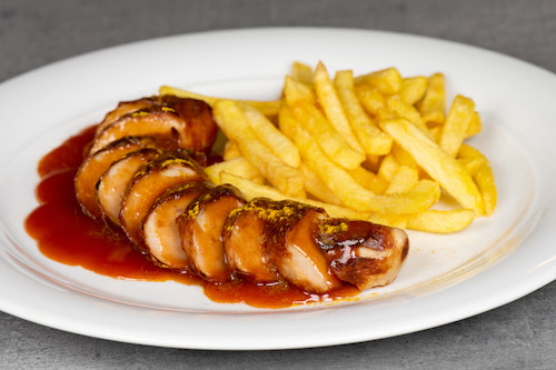 d) Currywurst (mit Pommes Frites)