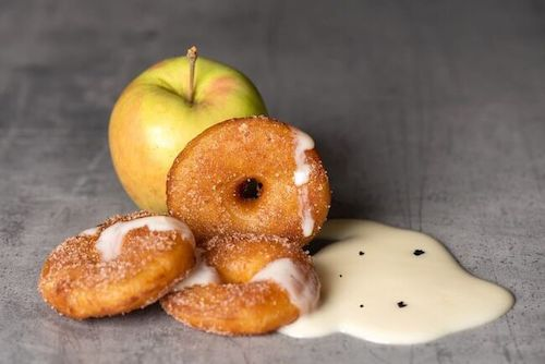f) Apfelküchlein mit Vanillesauce (3 Stk.)
