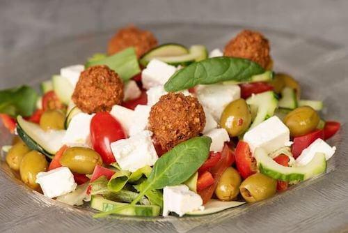 Griechischer Salat mit Falafel